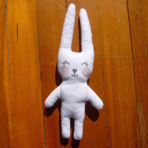 Doudou lapin, réalisé tout dans le cadre