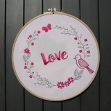 Cadre rond, broderie love